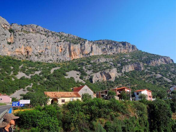 Kleiner Sektor (kleine Felswand rechts hinter Haus)